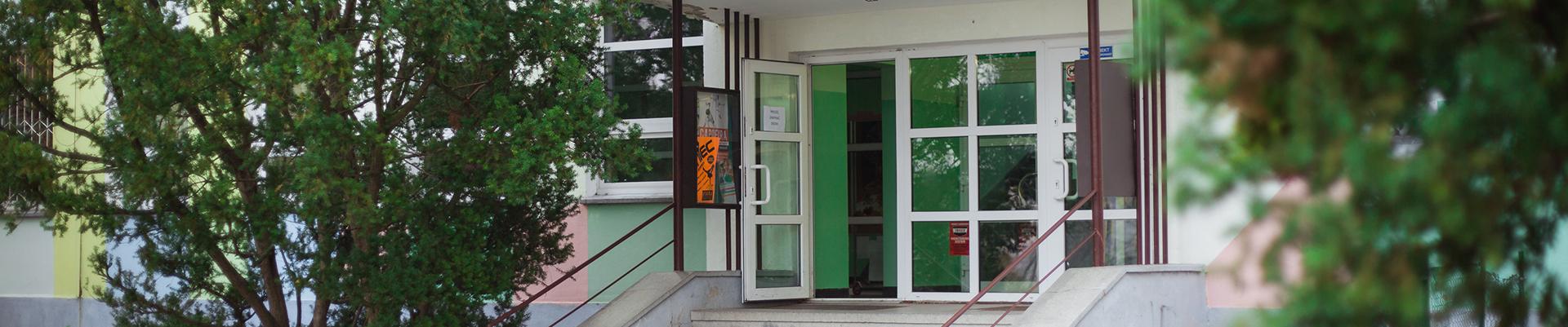 Wejście główne do Szkoły Podstawowej nr 64 im. Marii Konopnickiej w Poznaniu
