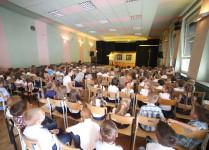 pierwszoklasiści ogladają przedstawienie z okazji rozpoczęcia roku szkolnego