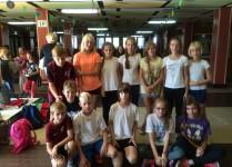 Grupa dzieci reprezentująca SP 64 w biegu