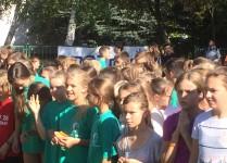 Grupa dziewcząt przed startem biegu