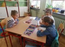 Dzieci siedzące w ławakach w czasie pracy w grupach