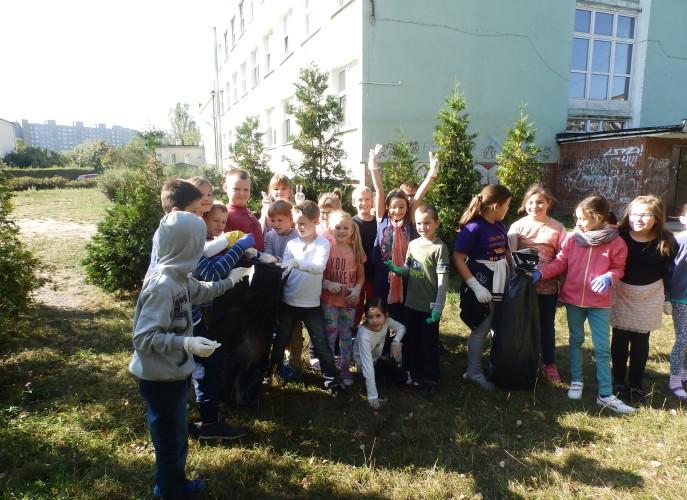 Grupa dzieci na boisku szkolnym
