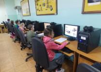 Dzieci w pracowni komputerowej poznają zagadnienia związane z ekologią