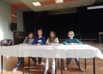 Dziewczynki z komisji wyborczej siedzące przy stole