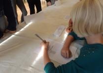 Członkini komsji wybrorczej sprawdzająca listę uprawnionych do głosowania