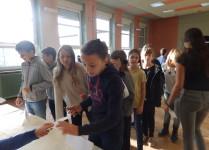 Dzieci podczas wydawania kart wyborczych