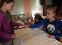 Dzieci podczas wydawania kart do głosowania