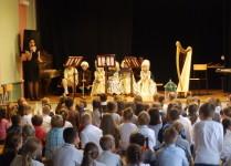 na scenie dzieci w strojach barokowych