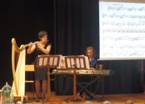 nauczycielki grające na flecie poprzecznym i klawiszach