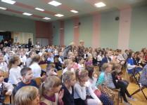 Uczniowie zebrani w auli szkoły podczas koncertu życzeń