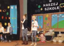 Dziewczynki wykonujące piosenkę dla dyrekcji szkoły