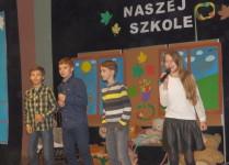 Dzieci wykonujące piosenkę dla nauczycieli przyrody, matematyki i historii