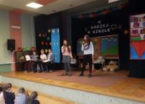 Dwie dziewczynki na scenie wykonują piosenkę