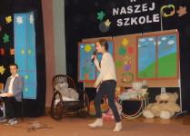 Dziewczynka wykonująca piosenkę dla pana od informatyki