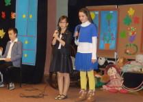Dziewczynki wykonują piosenkę dla nauczycieli muzyki i plastyki