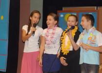 Dzieci wykonują piosenkę dla nauczycieli świetlicy, biblioteki, pedagoda, psychologa i sekretarki szkolnej