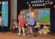 Dziewczynki w strojach wożnych wykonują piosekę dla pań w ożnych i pań sprzątaczek
