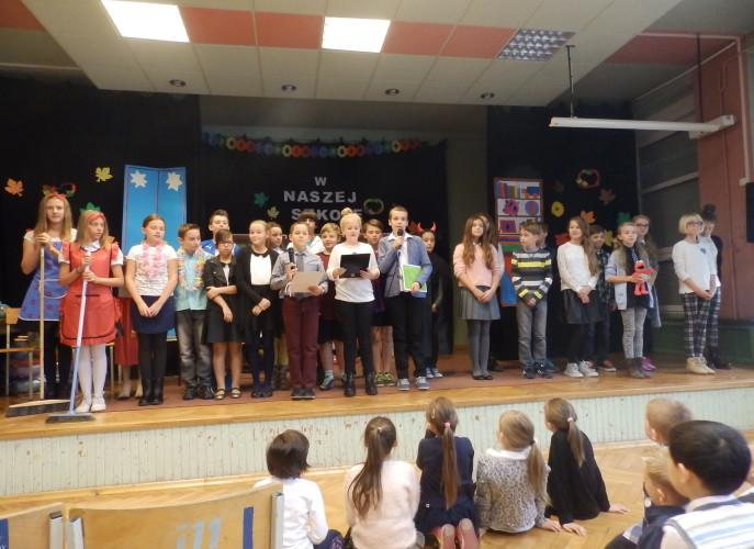 Na scenie stoją wszytskie dzieci biorące udział w przedstawieniu