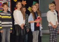 DZiewczynki wykonujące piosenkę dla nauczycieli nauczania początkowego