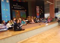 Na scenie dzieci z klasy 2c w oczekiwaniu na swój występ