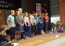 Na scenie dzieci z klasy 2c ustawione w rzędzie w czasie przedstawienia