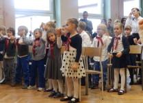 Dzieci z klasy 1e, trzymają się za ręce w czasie śpiewania piosenki