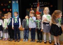 Dzieci z klasy 1f w oczekiwaniu na pasowanie