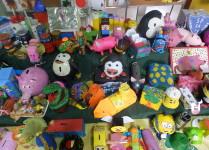 Zbliżenie na skarbonki widoczne pingwiny, świnki, auta, minionki i inne.