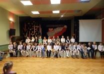 Grupa dzieci z muzykowa na scenie podczas przerwy