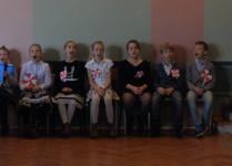 Dzieci z klas trzecich czekające na swoją kolej wystąpienia na scenie