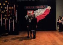 Duet dziewczynek z klasy szóstej na scenie
