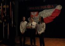 Trzy dziewczynki z klasy 5D w oczekiwaniu na swój występ