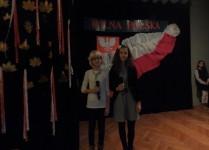Duet dziewczynek z klasy 6c na scenie