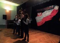 Dzieci z klasy 5A recytują wiersz w przerwie konkursu