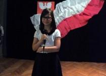 Dziewczynka z klasy szósetj przed występem solowym