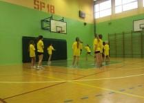 Dziewczynki w czasie treningu w sali gimnastycznej