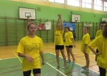 Dziewczęta trenują rzuty do kosza