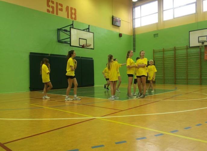 Dziewczynki w czasie treningu grają mecz