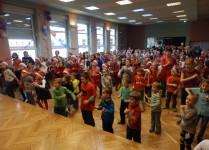 dzieci w auli szkoły tańczą