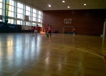 rzut na salę gimnastyczną, chłopcy grający w piłkę nożną