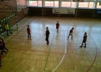widok z góry na salę gimnastyczną, dzieci i trener w czasie
