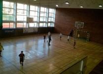 widok z góry na salę gimnastyczną w czasie treningu