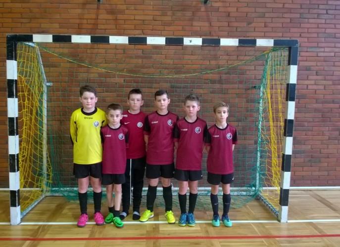 Zdjęcie wszytskich chłopców z drużyny stojących rzędem w bramce