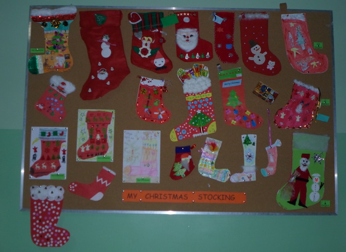 """Wystawa """"świątecznych skarpet"""", kolorowe skarpety wykonane z różnych materiałów"""