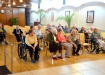 Seniorzy oczekujący na koncert kolęd