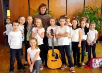 dzieci z muzykowa wraz z opiekunką studenckiej grupy wolontariuszy