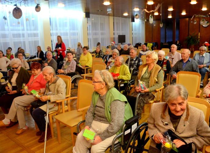 Seniorzy podczas koncertu kolęd