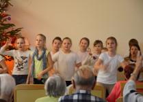 Dzieci z muzykowa w czasie śpiewania kolęd