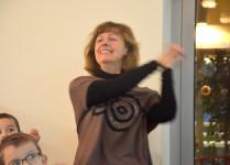 opiekunka koła wolontariuszy UAM śpiewa kolędy razem z dziećmi