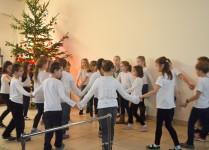Dzieci z muzykowa tańczą w kole